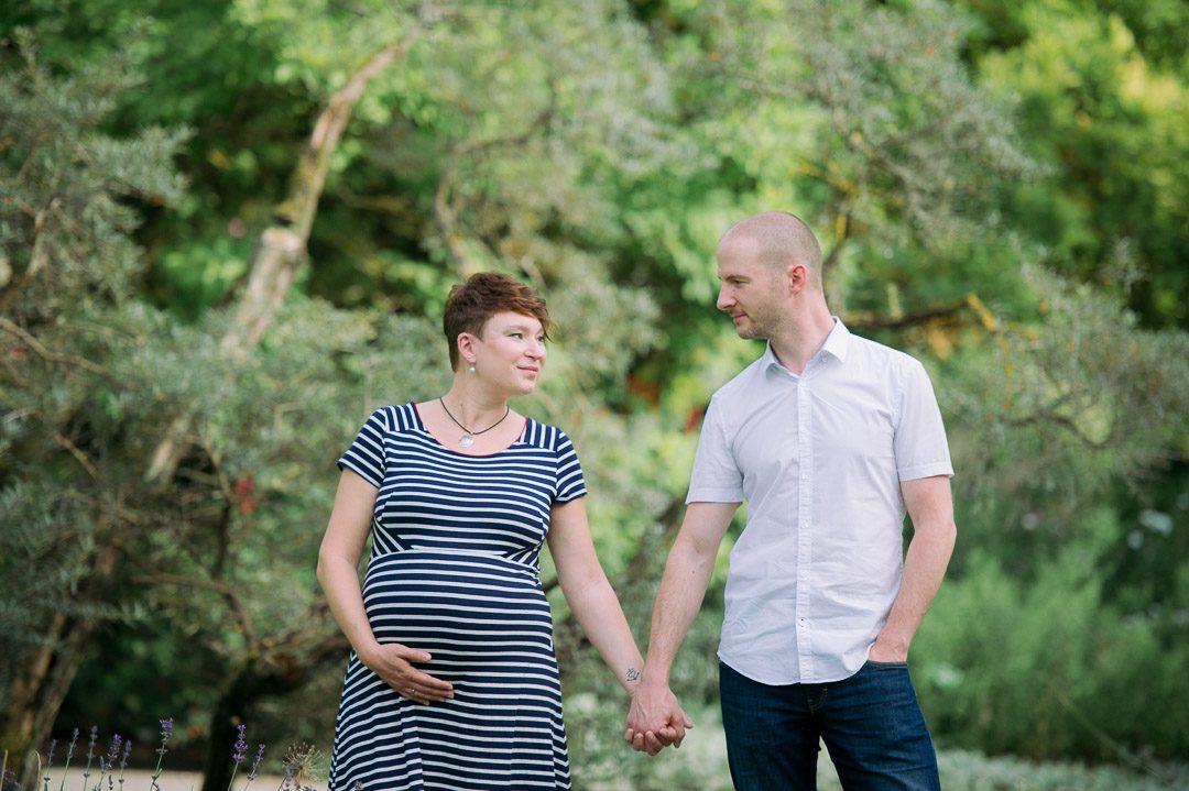 Schwangere mit Ehemann im Botanischen Garten Augsburg