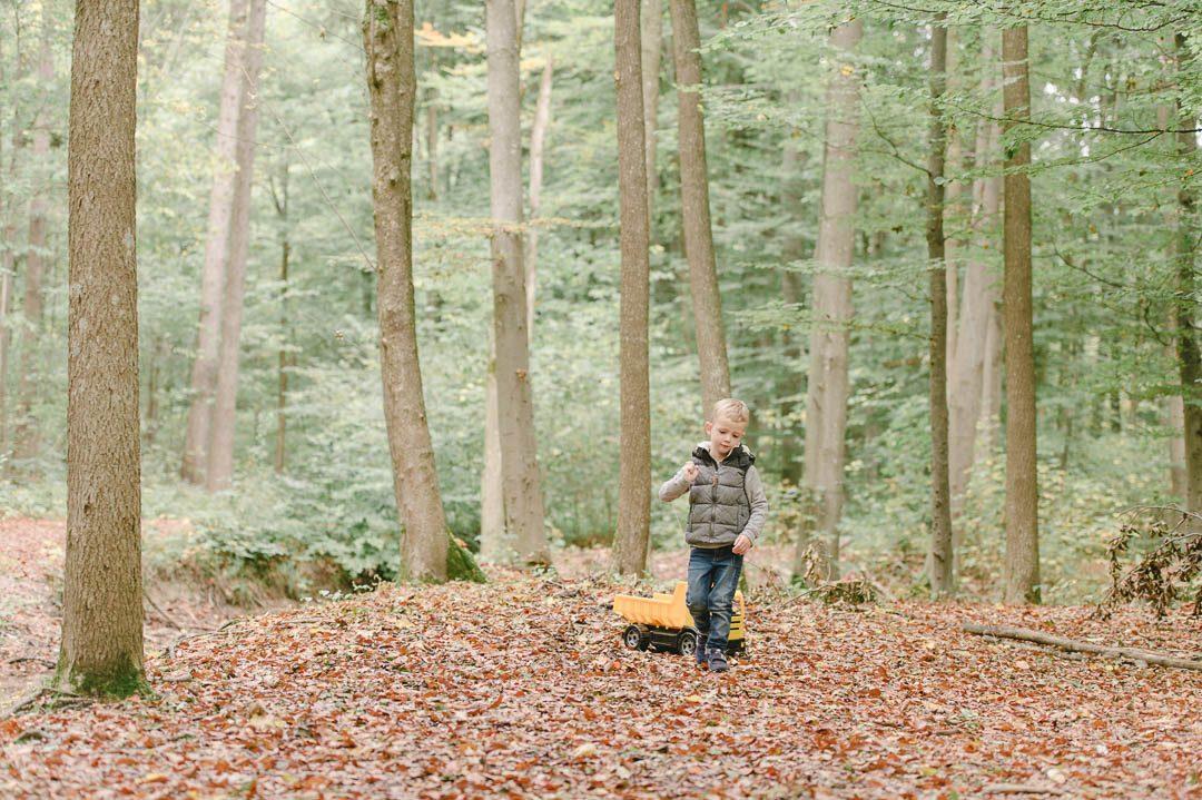 Kinderfoto von Junge der im Siebentischwald spielt