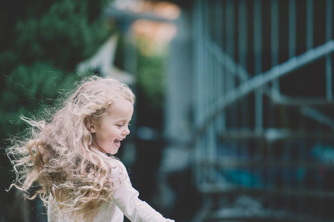 Mädchen mit schönen langen lockigen Haaren