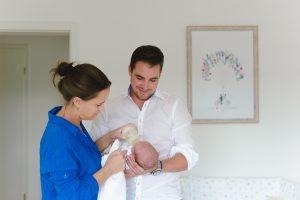 Junge Eltern kümmern sich um Baby