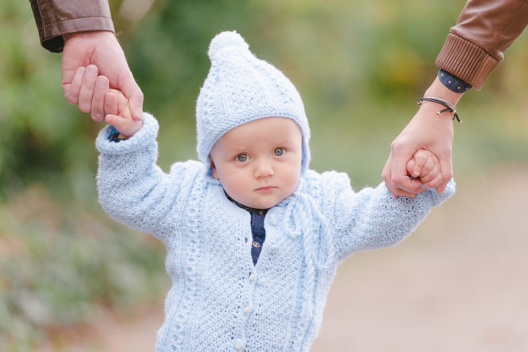 Blaue Strickweste und Strickmütze für kleinen Jungen