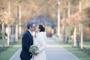 Brautpaar heiratet im Dezember bei romantischer Winterhochzeit