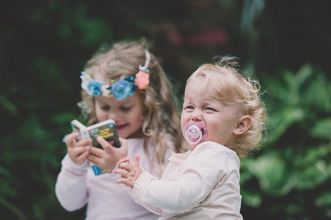 Geschwister streiten während Fotoshooting in Memmingen