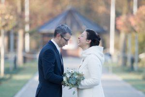 Fröhliches Brautpaar bei First Look