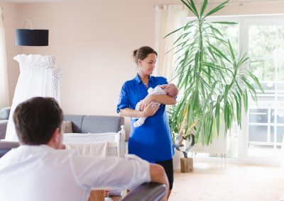 Junge Eltern werden zuhause fotografiert