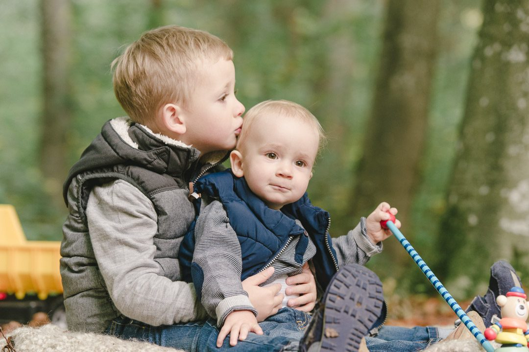 Großer Bruder umarmt liebevoll seinen kleinen Bruder
