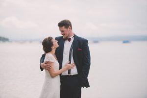 Liebevolle Umarmung Brautpaar Portraits