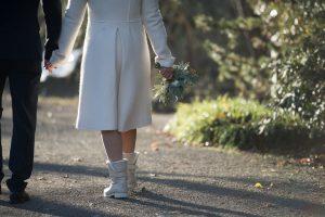 Brautmantel und Winterstiefel für Winterhochzeit