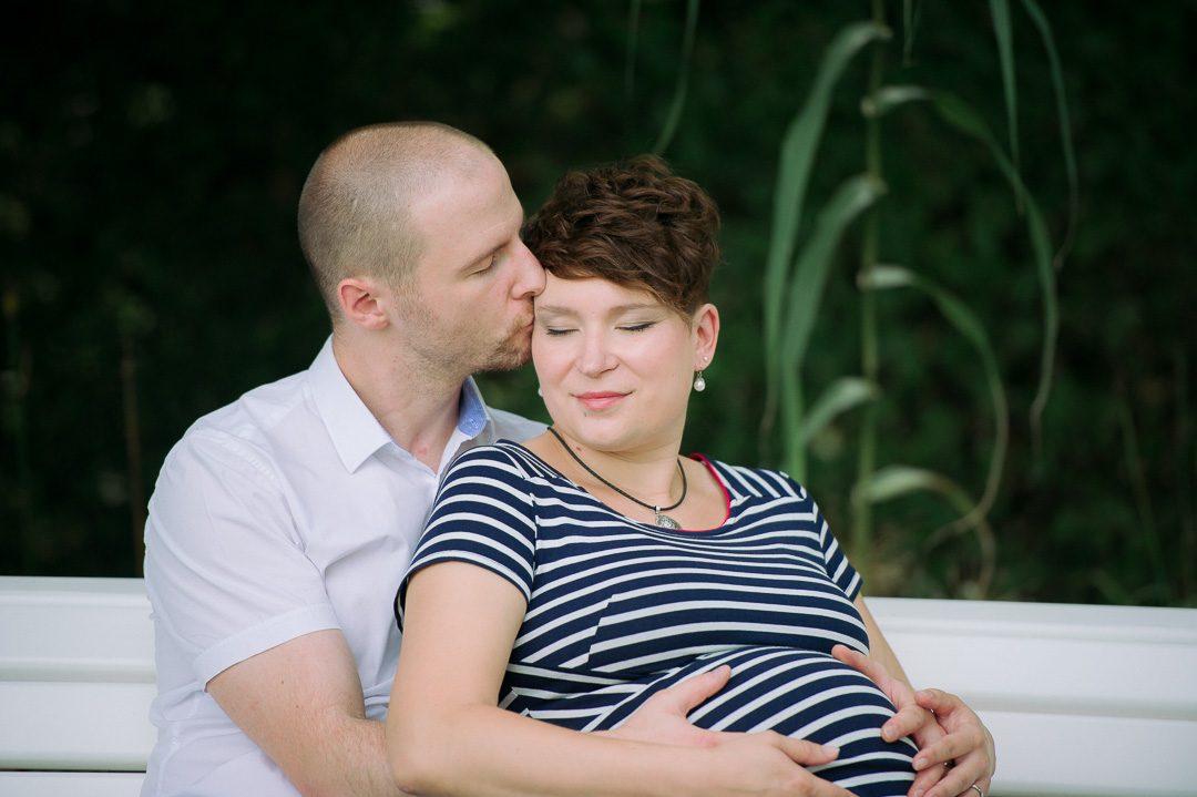Werdende Eltern in zärtlicher Umarmung