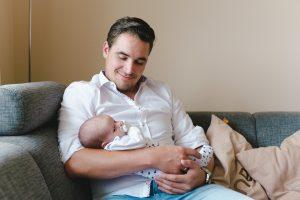 Stolzer Papa mit neugeborenem Sohn