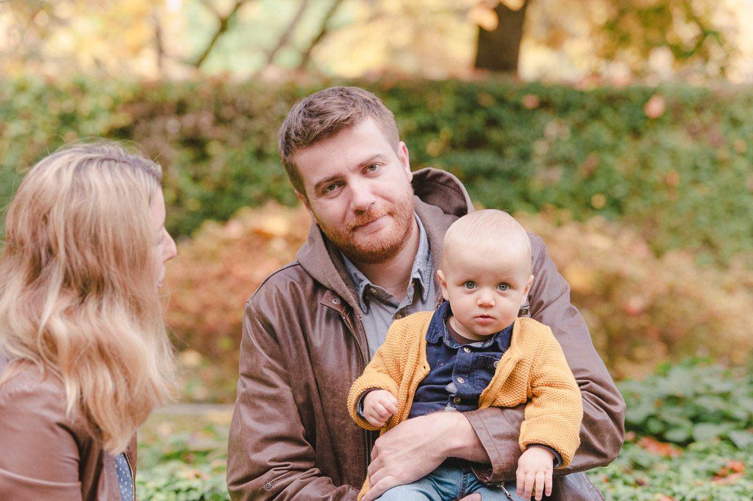 Junge Familie wird in Augsburg fotografiert