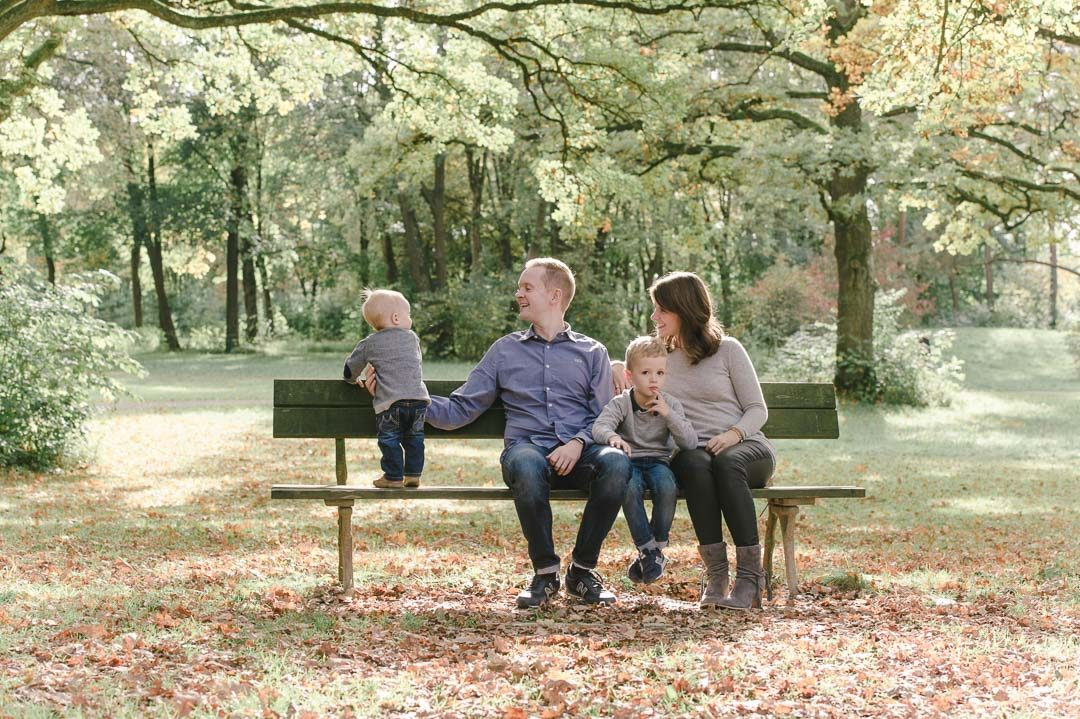 Eltern mit Kindern im Siebentischwald Augsburg fotografiert von Petsy Fink