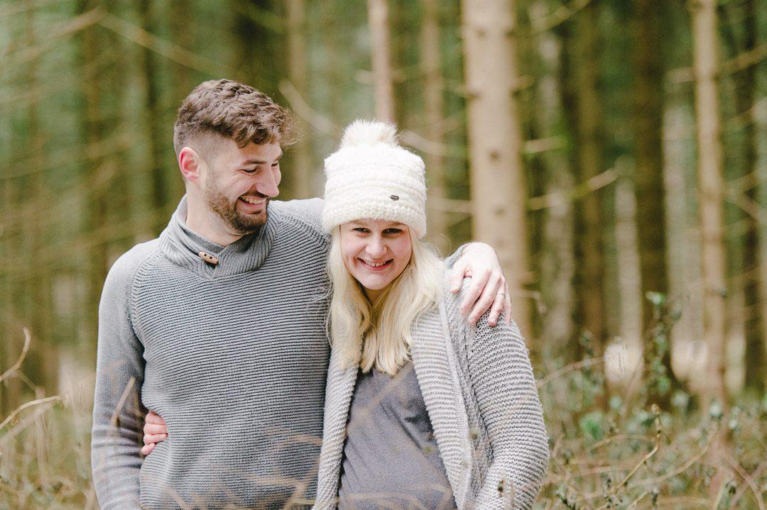 Paarportraits werdender Eltern im Wildpark Landsberg