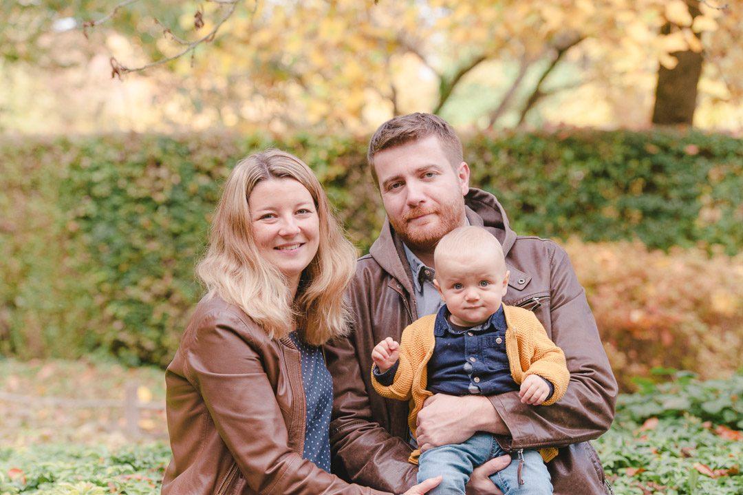 Eltern mit Kleinkind während Familienfotos in Augsburg