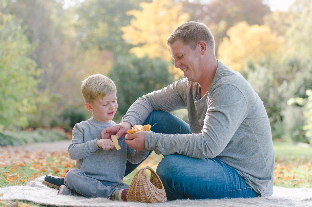 Papa und Sohn basteln mit Herbstlaub