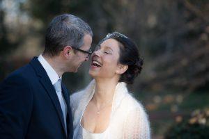 Glückliches Brautpaar bei Dezemberhochzeit im Winter