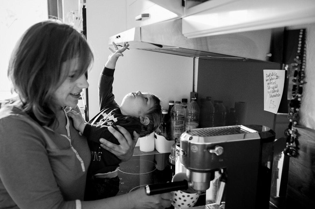 Mama und Sohn beim Espresso machen