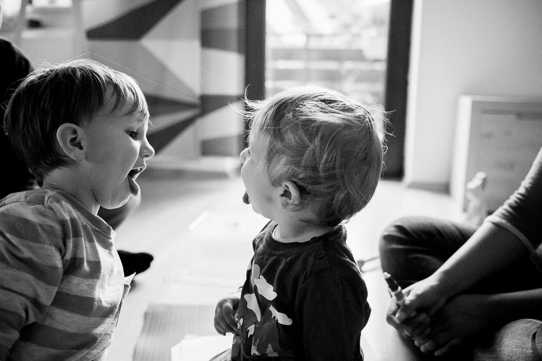 Zwei Brüder spielen Zahnarzt