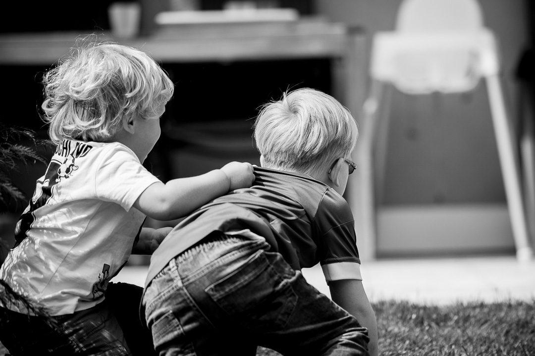 Zwei Brüder rangeln auf Familienfoto
