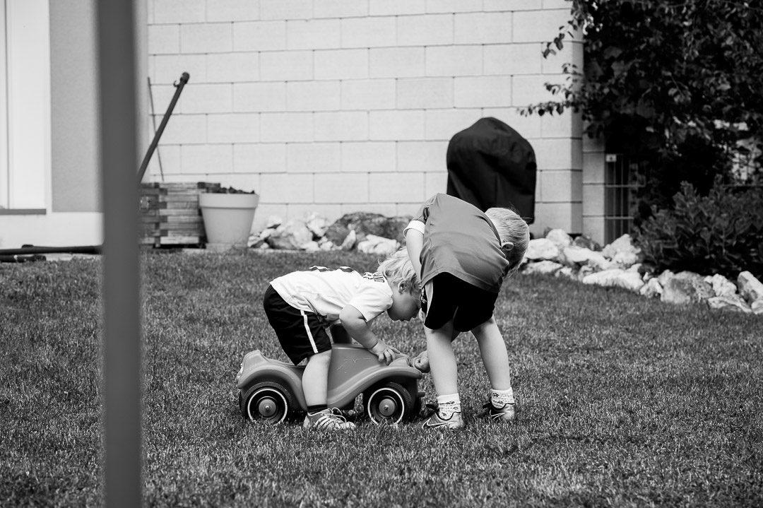 Geschwister auf Kinderfoto