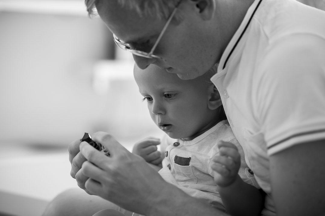 Vater und Sohn essen Toblerone