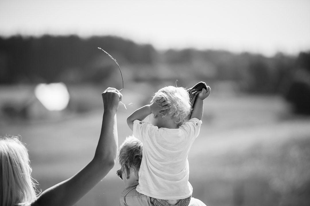 Familienspaziergang während Fotoshooting