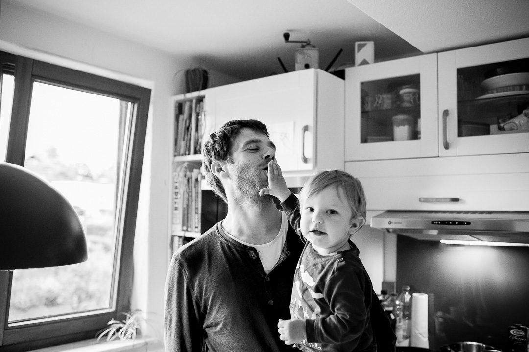 Kleiner Junge füttert Papa