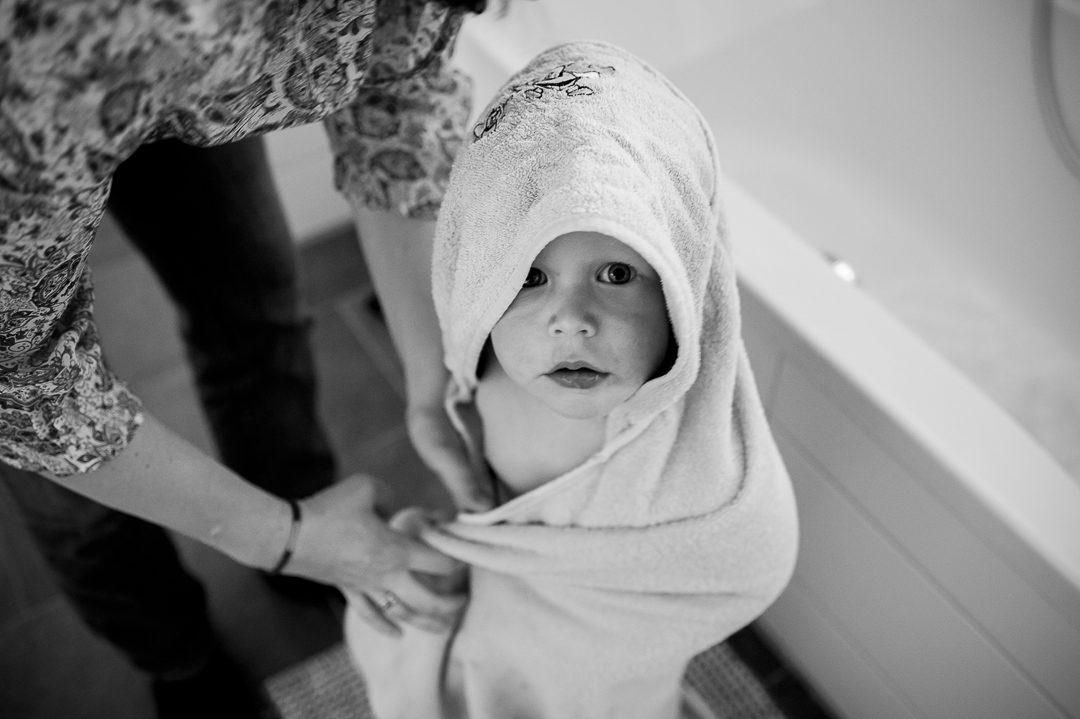 Kleiner Junge mit Bademantel nach Bad