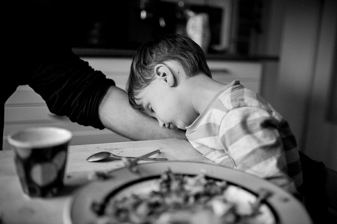 Junge schläft während Abendessen ein