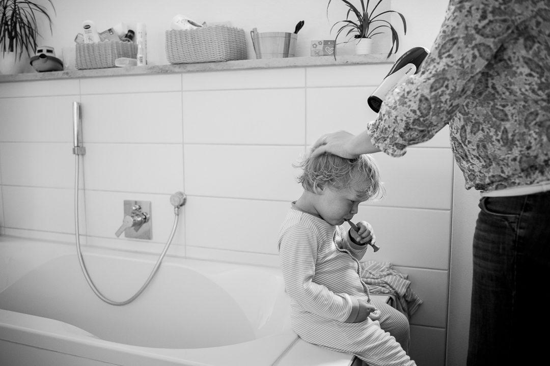 Zähneputzen während Kinderfotoshooting