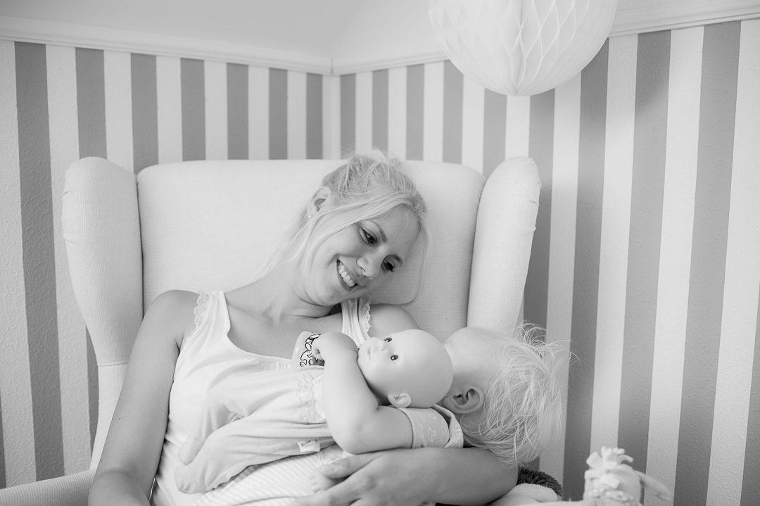 Sohn kuschelt mit Mama auf Familienfoto