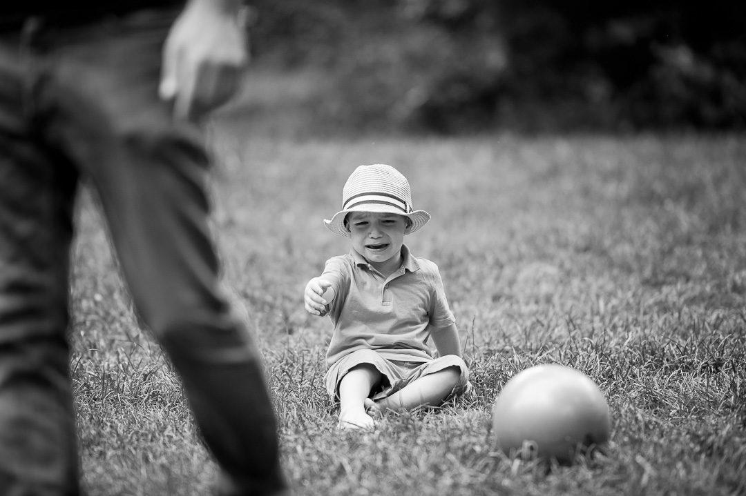 Kliner Junge weint beim Fußball spielen