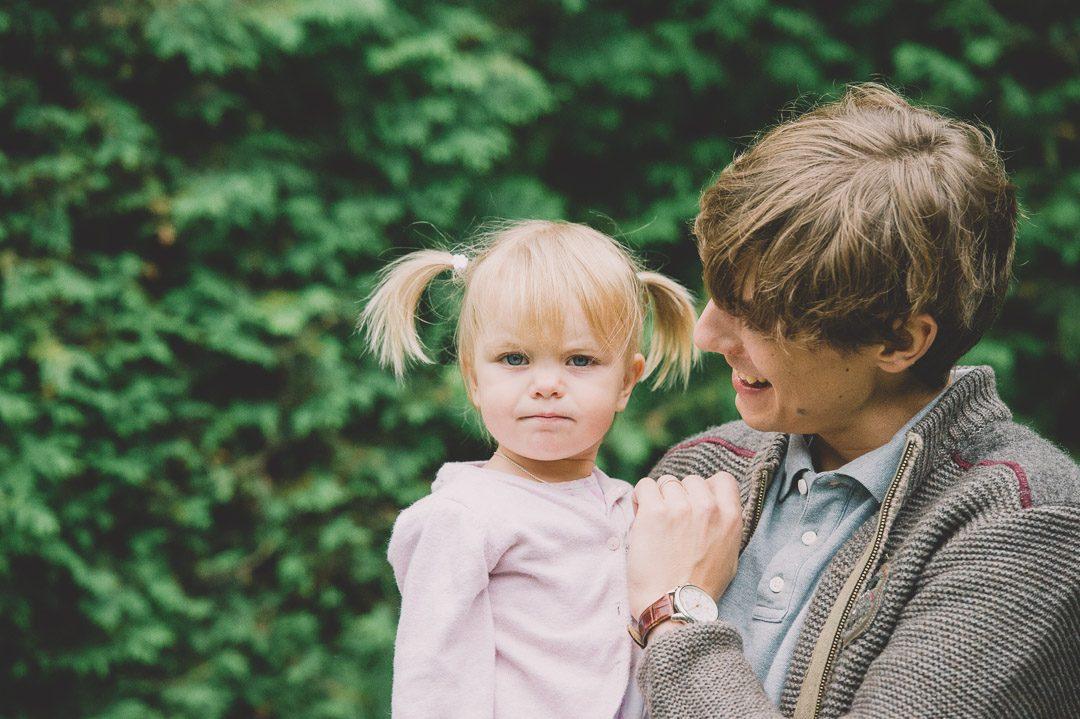 Blondes Mädchen mit Zöpfen bei Papa
