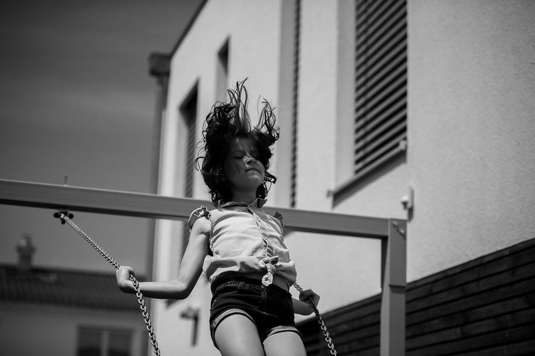 schwarz weiß Kinderfoto Mädchen auf Schaukel