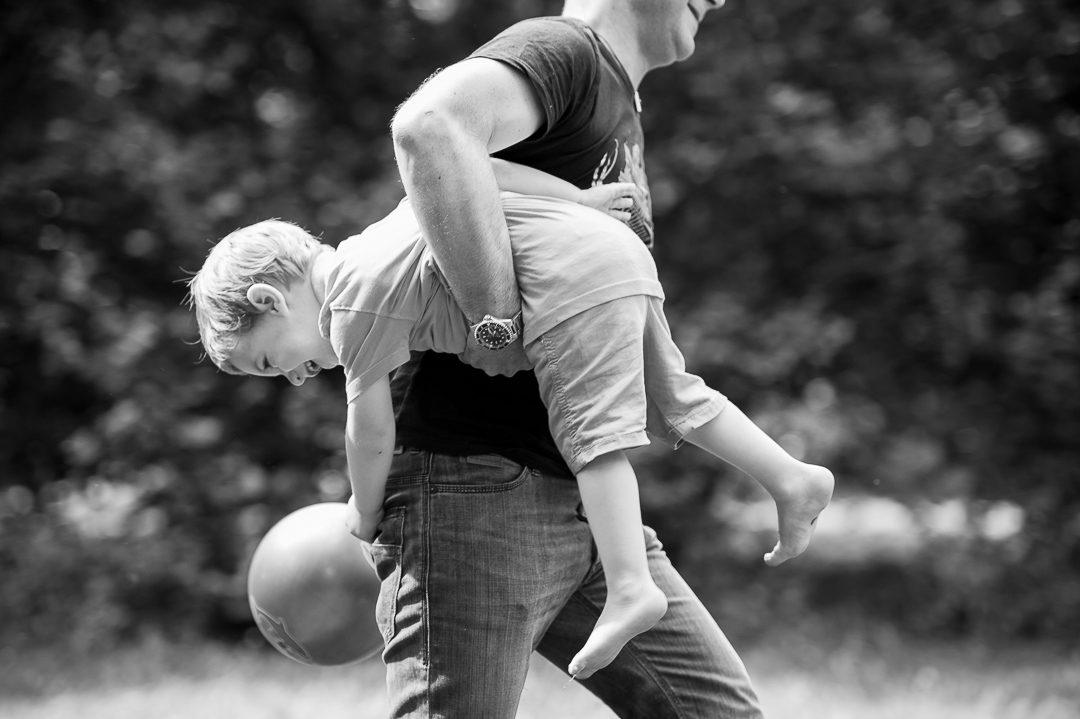 Vater und Sohn beim Fußball spielen