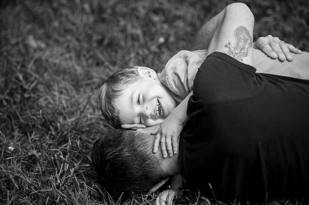 Sohn umarmt Vater beim Spielen
