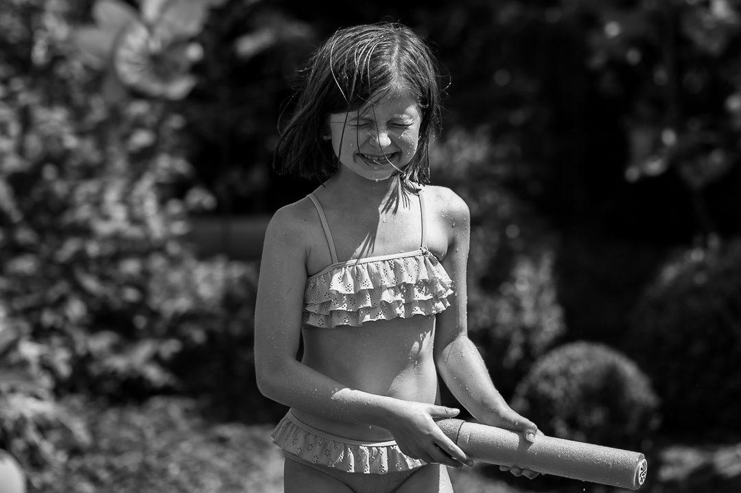 Spiele mit Wasserpistolen im Garten in Augsburg