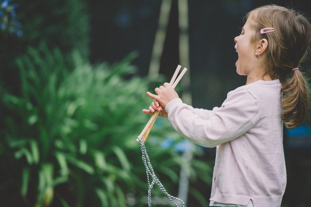 Kleines Mädchen mit Pferescwahnz freut sich über Seilspringen