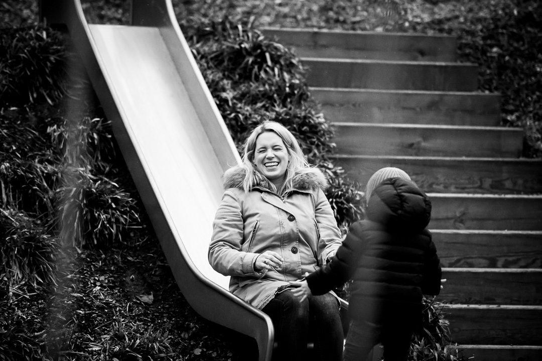 Mutter und Sohn auf dem Spielplatz
