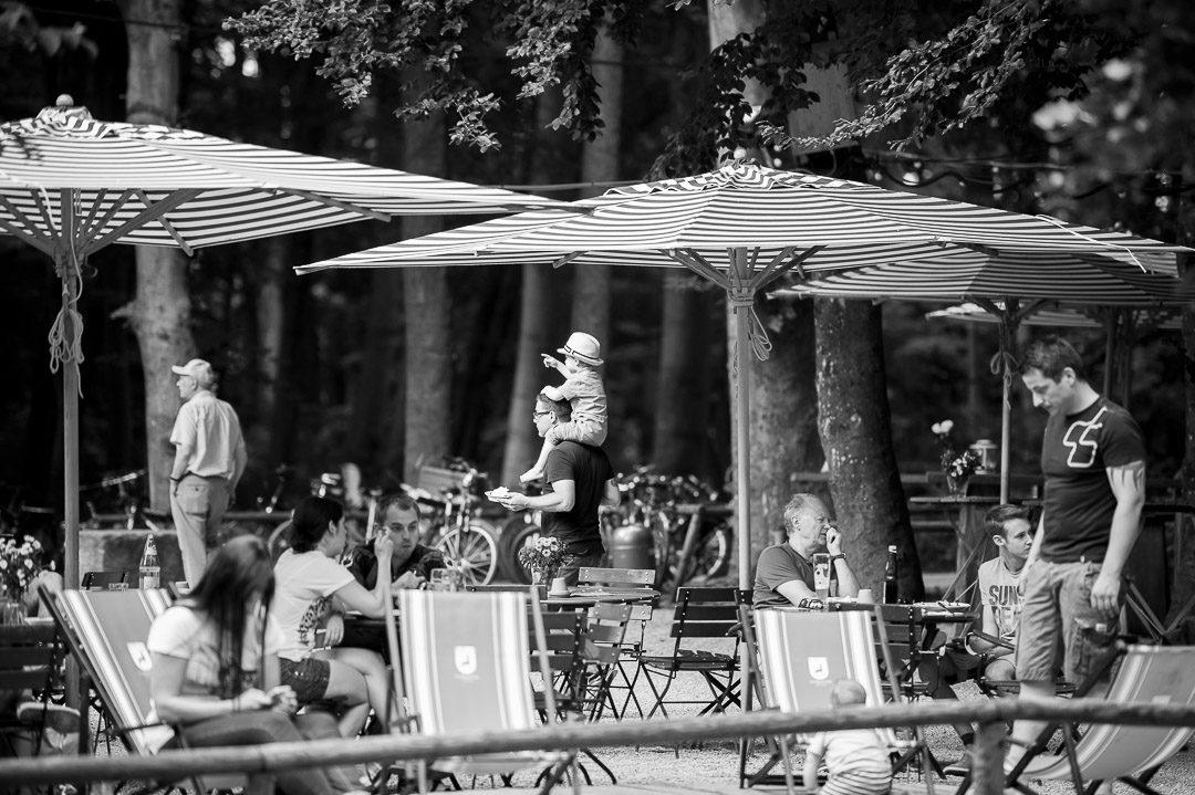 Biergartenbesuch während Familienfotos im Parkhäusl Augsburg