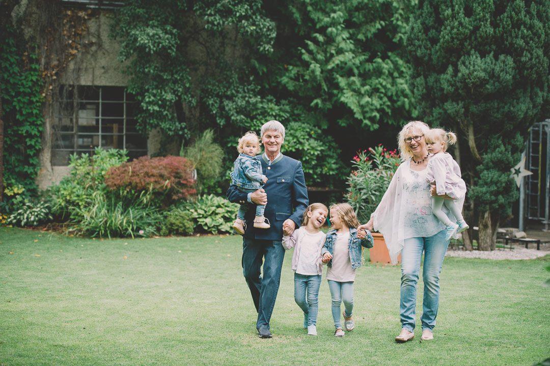Foto von Großeltern mit 4 Enkeln