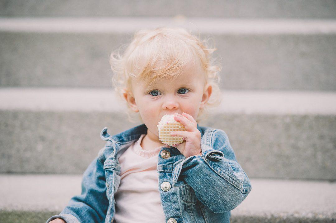 Kleiner Junge isst Mohrenkopf