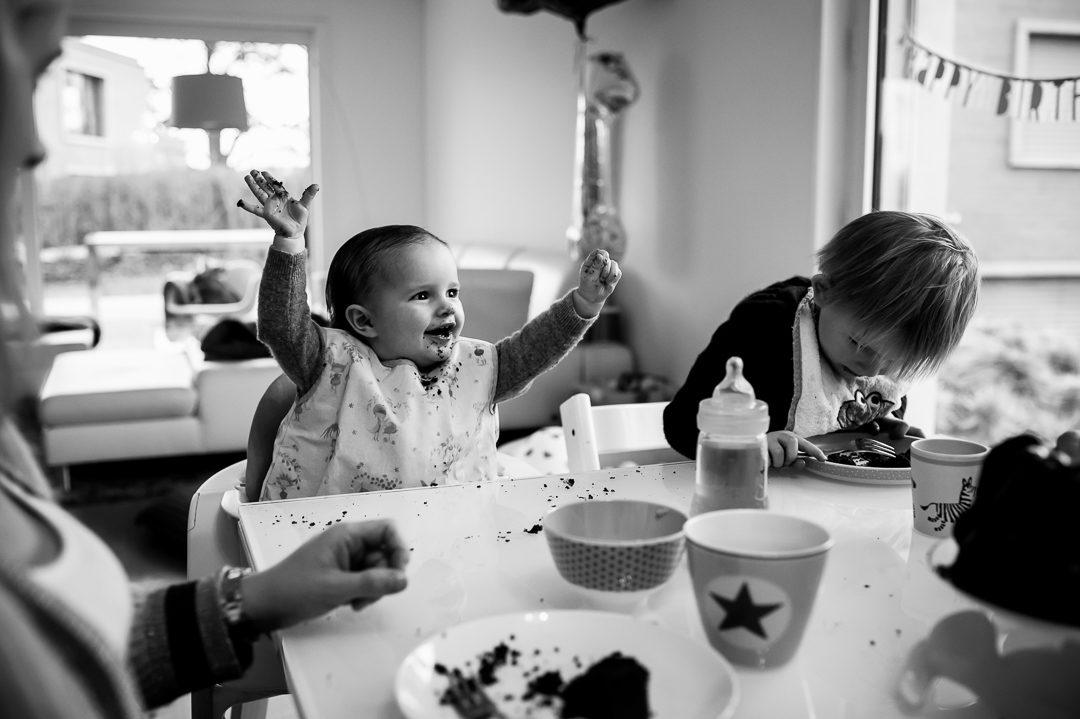 Familie isst Schokokuchen von Sprüngli