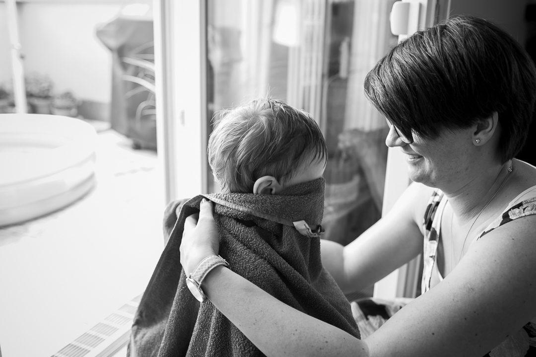 Mutter kümmert sich um Sohn nach Planschi