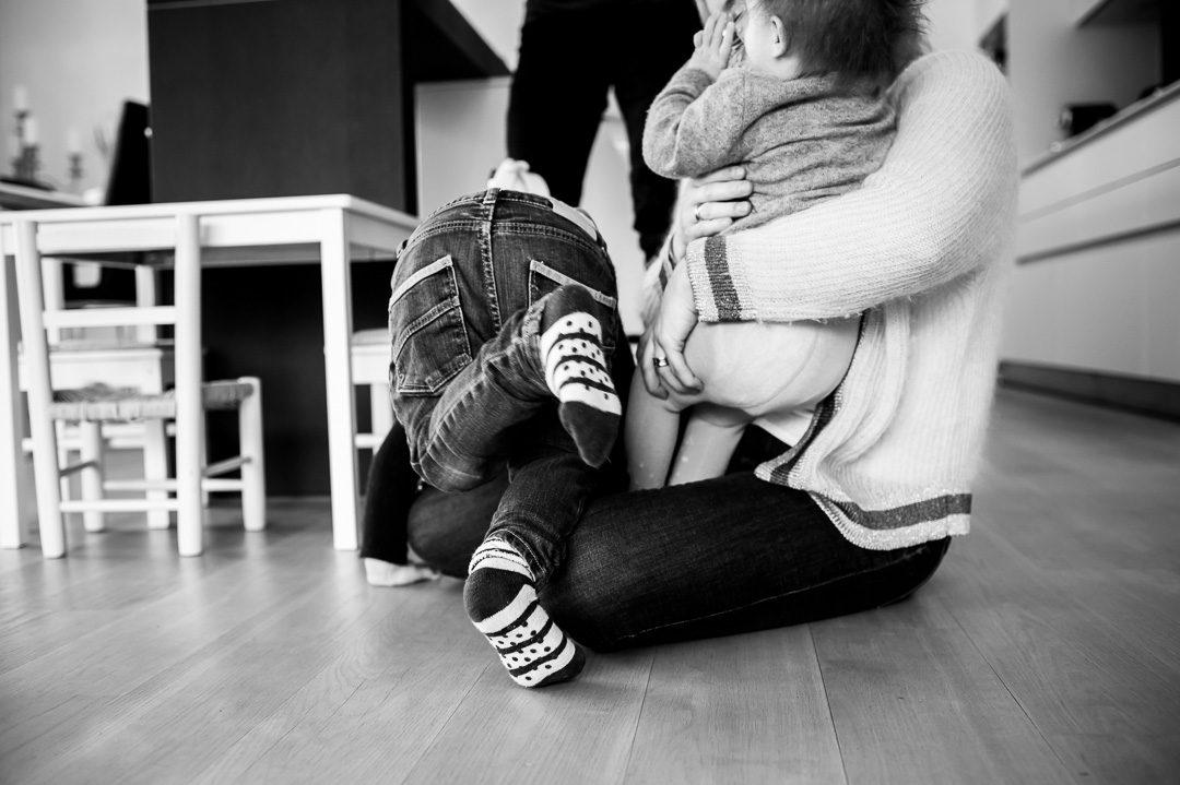 Kinder klettern über Mama drüber