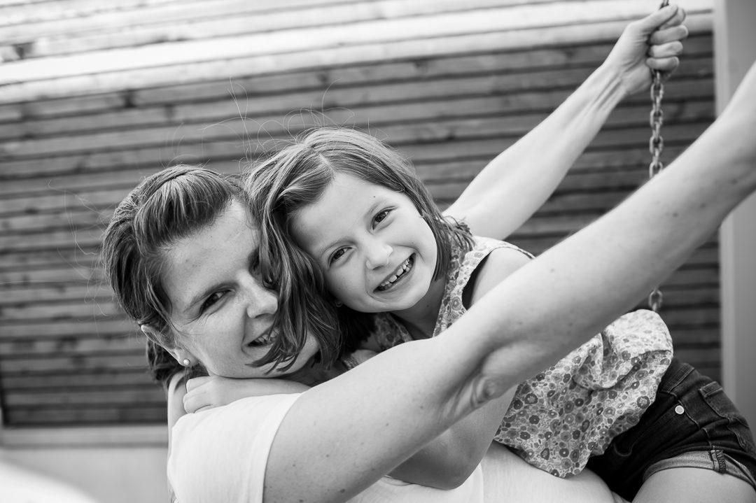 Mutter und Tochter auf der Schaukel