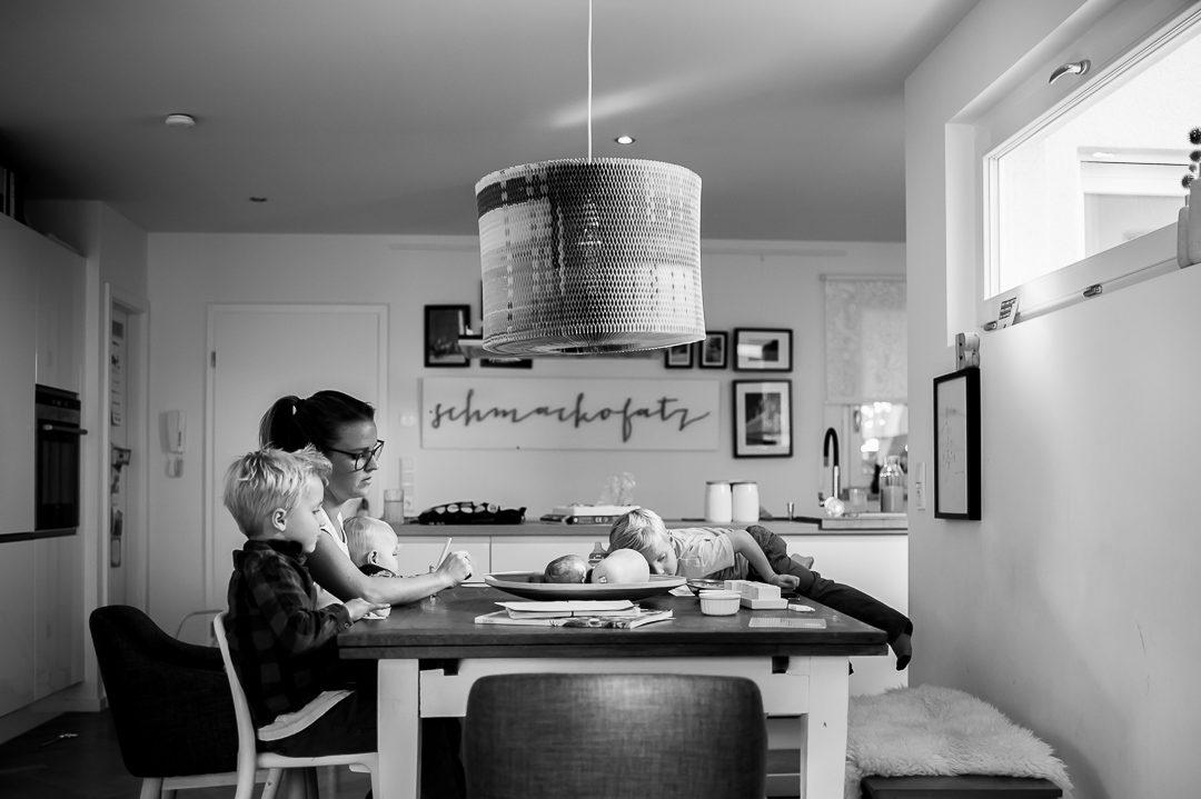 Foto von Familie bei Hausaufgaben