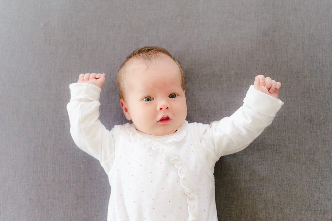 Neugeborenes Mädchen während Babyfotoshooting