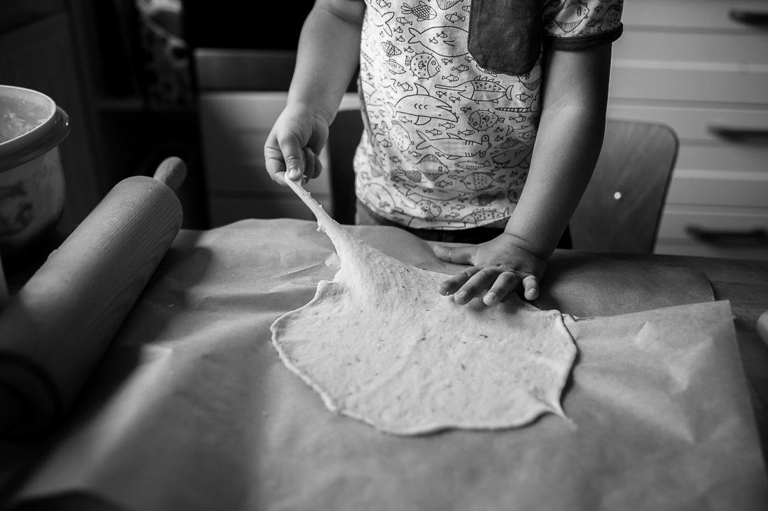 Kleinkind hilft beim Pizza backen