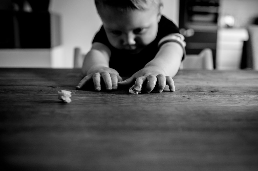 Foto von kleinem Jungen der Brotzeit macht
